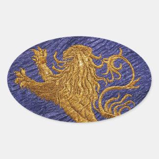 León desenfrenado - oro en azul pegatina ovalada