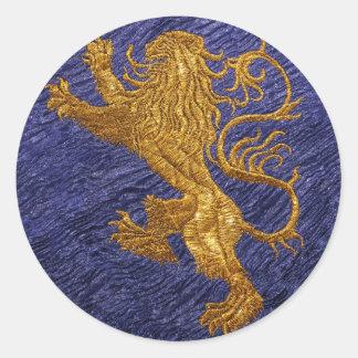 León desenfrenado - oro en azul pegatina redonda