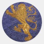 León desenfrenado - oro en azul pegatinas redondas