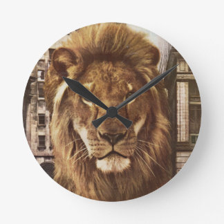 león en ciudad reloj redondo mediano