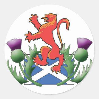 León escocés desenfrenado con Saltire y los cardos Pegatina Redonda