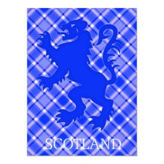 León escocés desenfrenado en el tartán azul y invitación personalizada