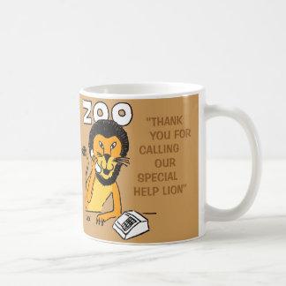 León especial de la ayuda taza de café