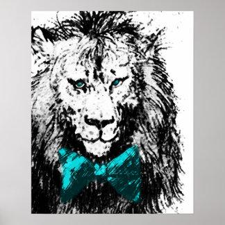 León hermoso con la pajarita y los ojos azules posters
