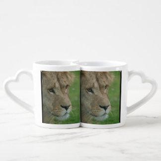León joven taza para parejas