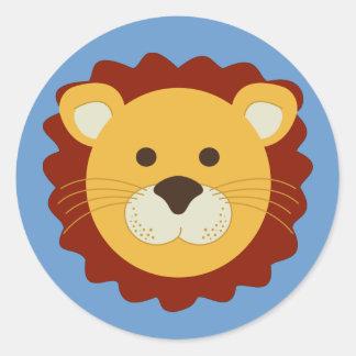 León juguetón pegatina redonda