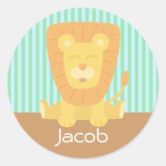León lindo del dibujo animado con el fondo de las pegatina redonda