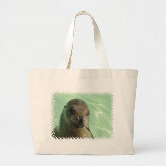 León marino con el bolso de la lona de los pescado bolsa
