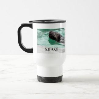 León marino lindo de la natación tazas de café