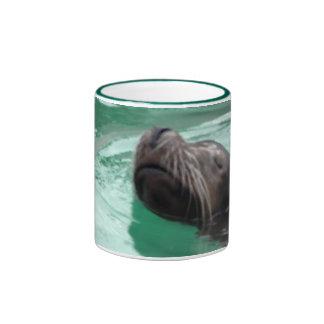 León marino lindo de la natación taza