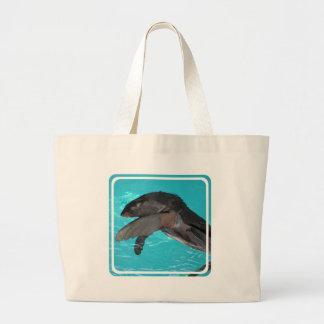 León marino que juega la bolsa de asas de la lona