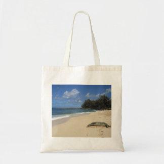 León marino que toma el sol en el tote hawaiano de bolsas