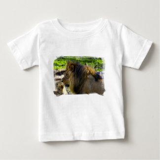 León masculino dejado la camisa del niño