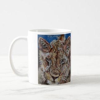 León masculino surafricano joven taza de café