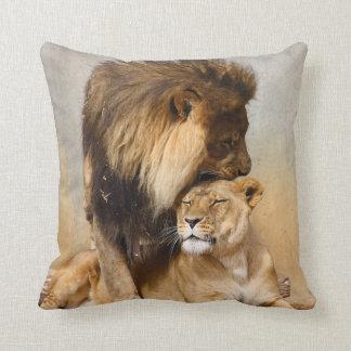 León masculino y femenino en amor almohada
