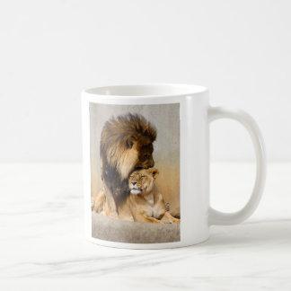 León masculino y femenino en amor taza de café