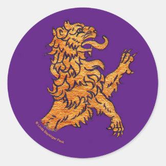 León medieval en púrpura pegatina redonda