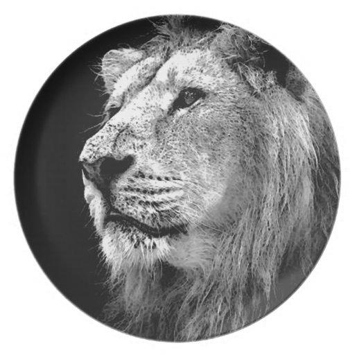León negro y blanco plato