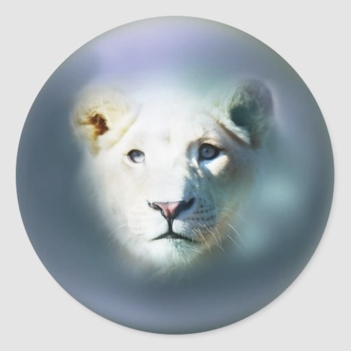 León que emerge fuera del azul etiqueta redonda