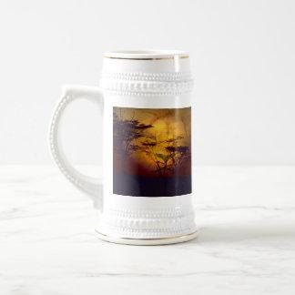 León que mira sobre puesta del sol africana jarra de cerveza