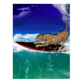 León que practica surf divertido tarjeta postal