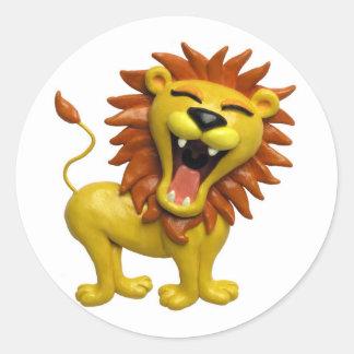 León que ruge pegatina redonda