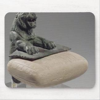 León que sostiene una tableta de la fundación de H Alfombrillas De Raton