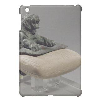 León que sostiene una tableta de la fundación de H