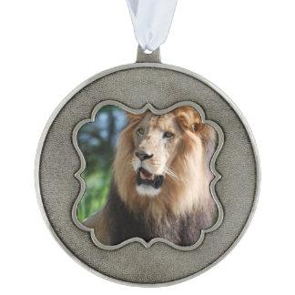 León real adorno ondulado de peltre