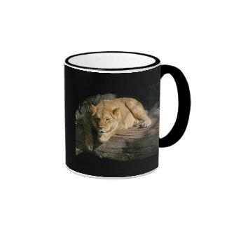 león-reclinación taza de dos colores