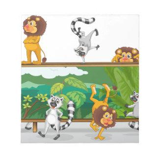león y ardillas con el tablero libreta para notas