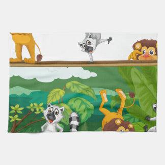 león y ardillas con el tablero toalla de cocina