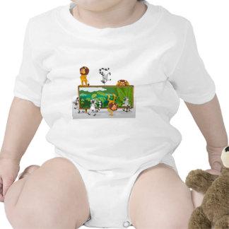 león y ardillas con el tablero trajes de bebé