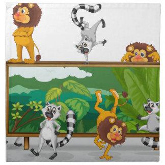 león y ardillas con el tablero servilleta de papel