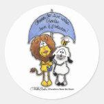 León y cordero debajo del paraguas pegatina redonda