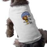 León y cordero debajo del paraguas camiseta de perro