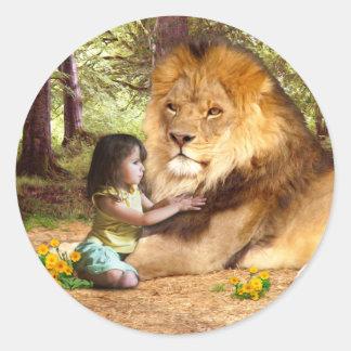 León y niña pegatina redonda
