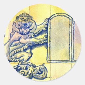 Leones con diez tabletas de los mandamientos pegatina redonda