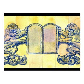 Leones con diez tabletas de los mandamientos postal
