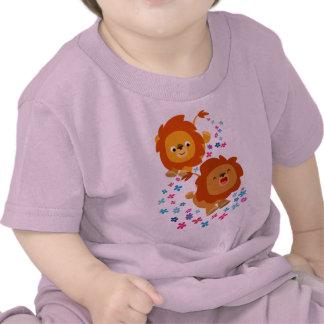 Leones lindos del dibujo animado en la camiseta