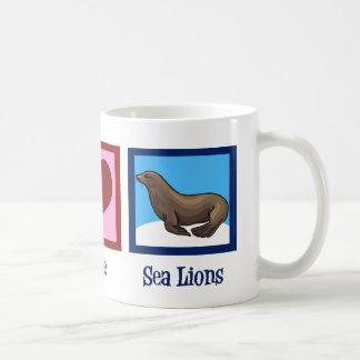 Leones marinos del amor de la paz taza clásica