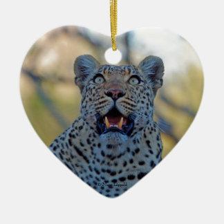 Leopardo alerta adorno de cerámica en forma de corazón