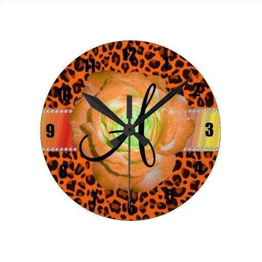Leopardo anaranjado del monograma subió reloj redondo mediano