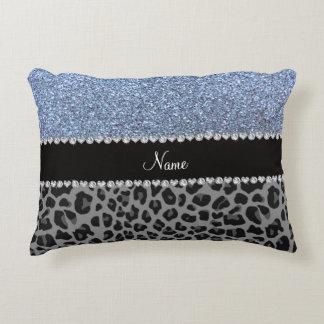 Leopardo azul en colores pastel conocido del negro cojín decorativo