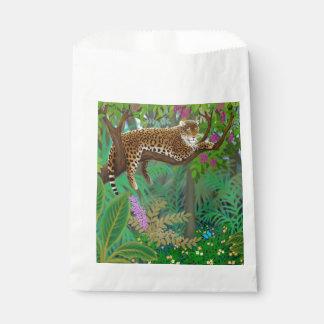 Leopardo de reclinación en bolsos del favor de