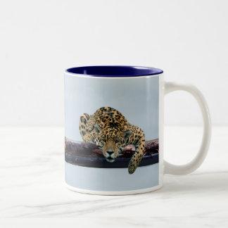 Leopardo en el árbol 1 taza de dos tonos