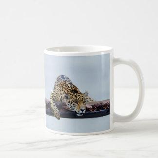 Leopardo en el árbol II Taza Clásica