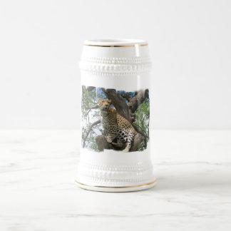 Leopardo en la cerveza Stein del árbol Tazas De Café