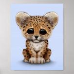 Leopardo lindo Cub del bebé en azul claro Poster