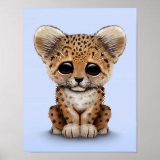 Leopardo lindo Cub del bebé en azul claro Póster